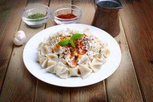 Manti türkische Teigtaschen mit Joghurtsauce