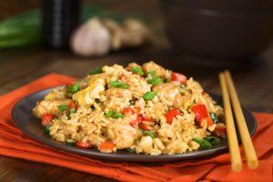 gebratener Eierreis mit Gemüse und Hühnerbrust