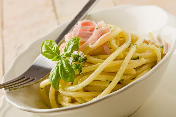 Pasta mit saurer Sahne und Schinken