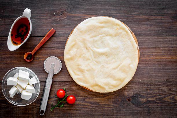 Pizzateig ohne Hefe zubereiten