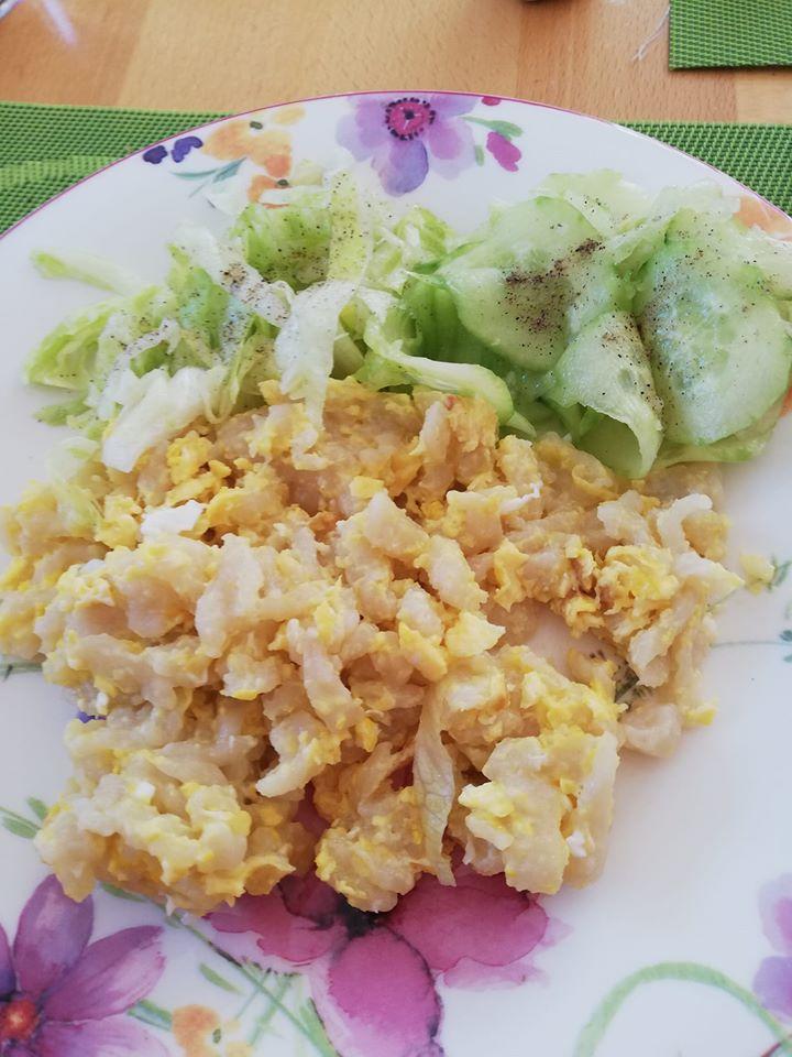 Eiernockerl mit Gurken und Eisbergsalat