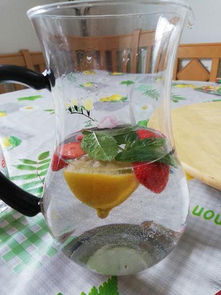 Gänsewein mit Zitrone, Minze und Erdbeeren verfeinert