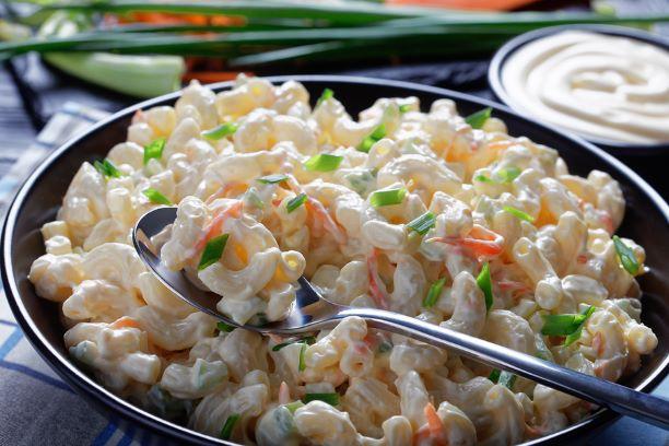 Makkaronisalat mit Gemüse und Mayonnaise Dressing