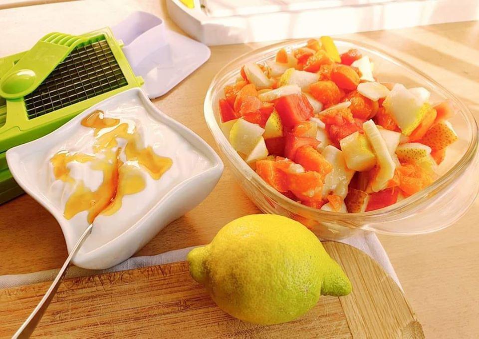 Salat mit griechischem Joghurt und Gurke