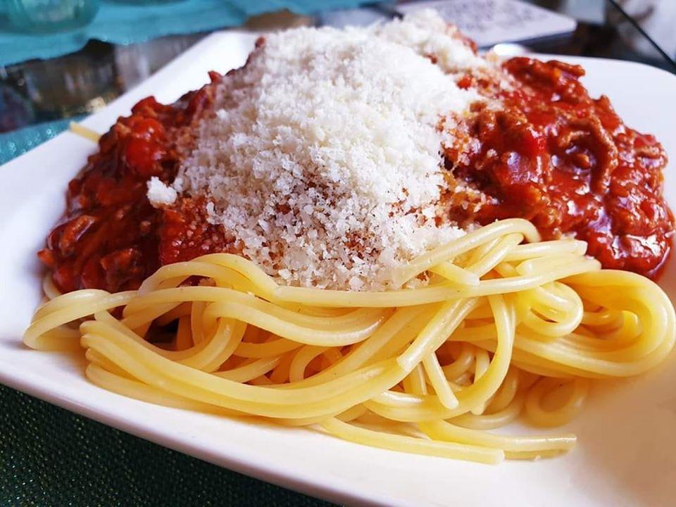Spaghetti Bolognese mit geriebenem Parmesan