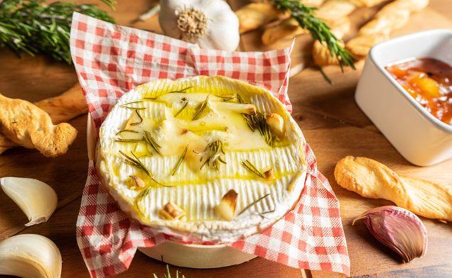 Im Ofen gebackener Camembert