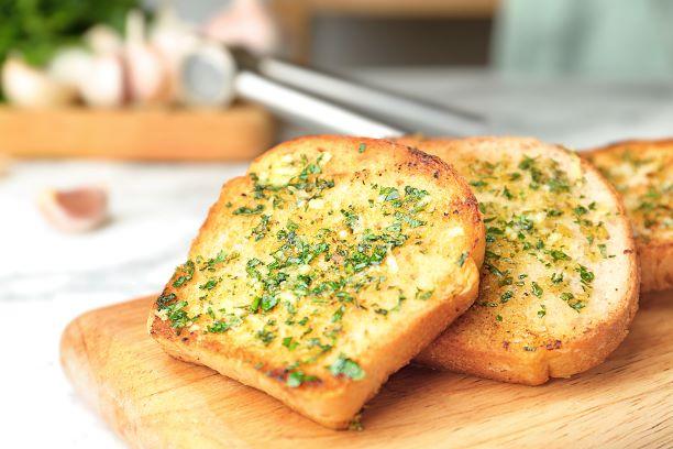 Getoastetes Brot mit Knoblauch und Kräuter