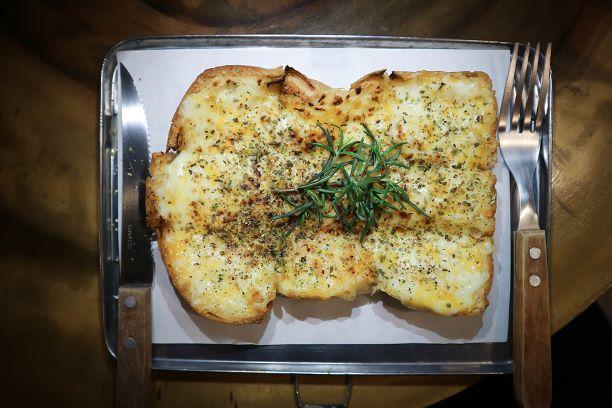 Toastbrot mit geschmolzenen Käse und Kräutern
