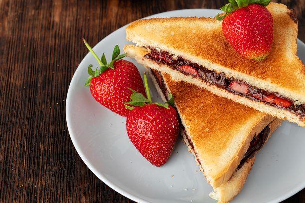 Toast mit Schoko-Nuss Aufstrich und Erdbeeren