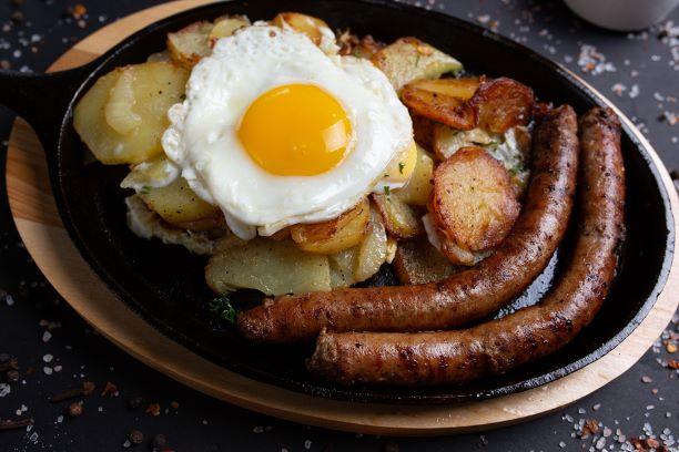 Bratkartoffel mit Wurst und Spiegelei