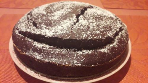 Becherkuchen mit Kakao und geriebenen Haselnüssen