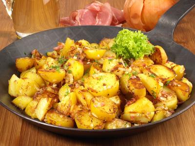 Bratkartoffeln mit Salat