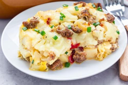 Eierauflauf mit Kartoffeln und würziger Wurst