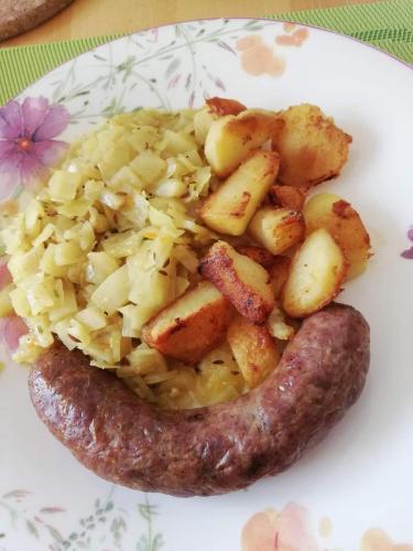 Gedünstetes Weißkraut mit Kartoffel und Bauernbratwurst