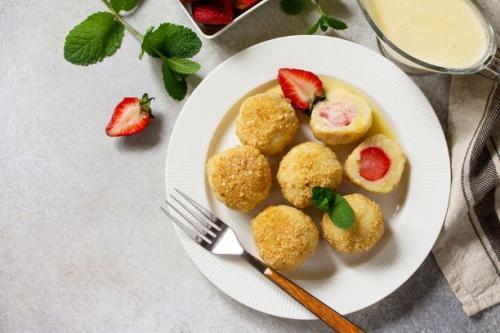 Hüttenkäse Knödel mit Erdbeeren
