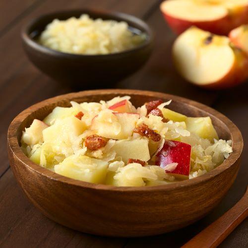 Kartoffel Sauerkrautsalat mit Äpfeln und Speck