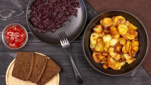 Kartoffelchips mit gedünstetem Rotkohl