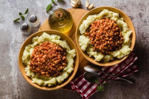 Kartoffelpüree mit gedünsteten weißen Bohnen