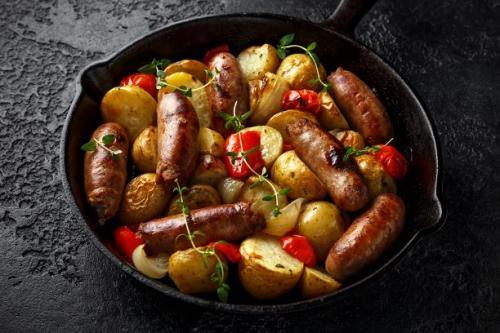 Kartoffelpfanne mit Bratwurst und Gemüse