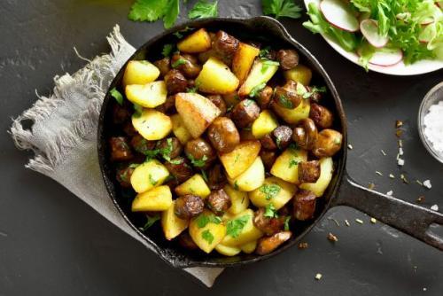 Kartoffelpfanne mit Wurst und Champignons