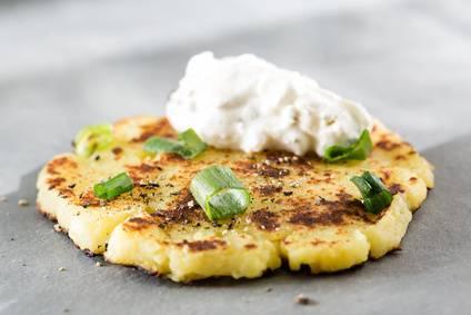 Kartoffelpuffer aus Kartoffelbrei mit Joghurt Dip