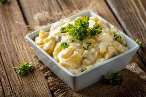 Kartoffelsalat mit Mayonaise und Joghurt Dressing