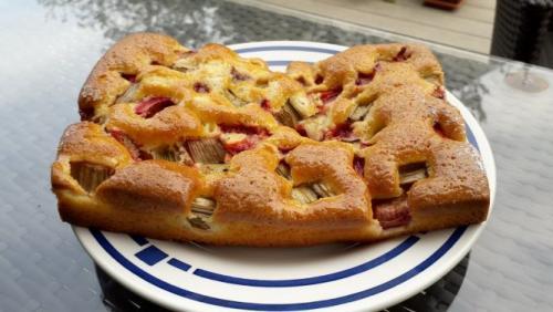 Kleiner Rhabarberkuchen mit Erdbeeren