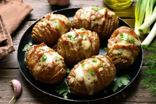 Ofenkartoffel mit Speck und Käse