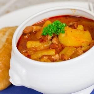 Omas Kartoffelgulasch mit Fleischwurst