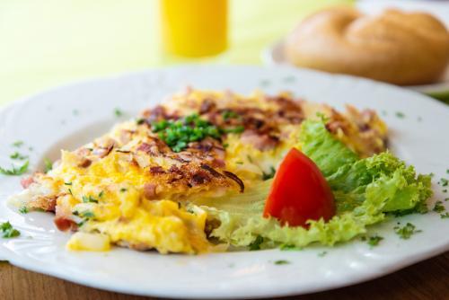 Omelette mit Schinken und Tomaten
