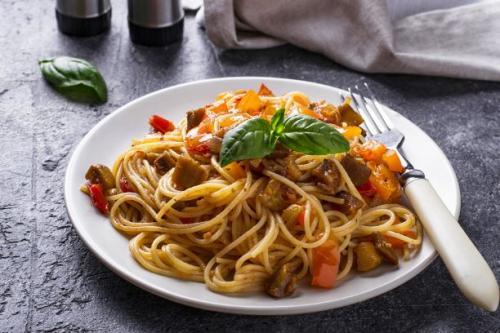 Pasta mit Auberginen Zucchini Paprika und Tomaten