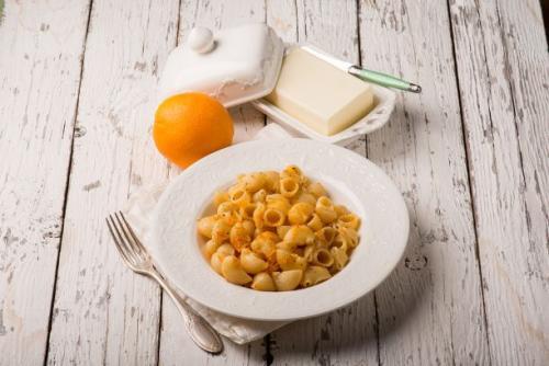 Pasta mit Butter und geriebener Orangenschale