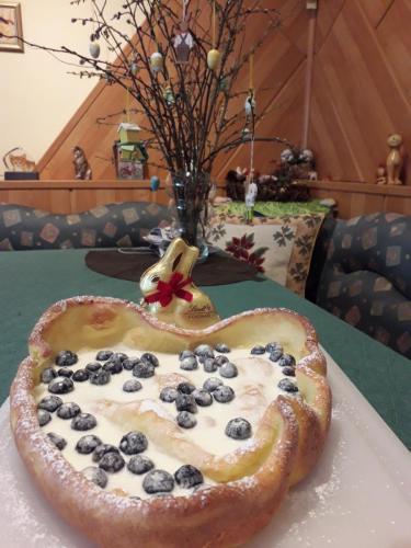 Pfannkuchen vom Blech, mit Schmand und Heidelbeeren