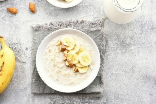 Porridge mit Bananen und Mandeln