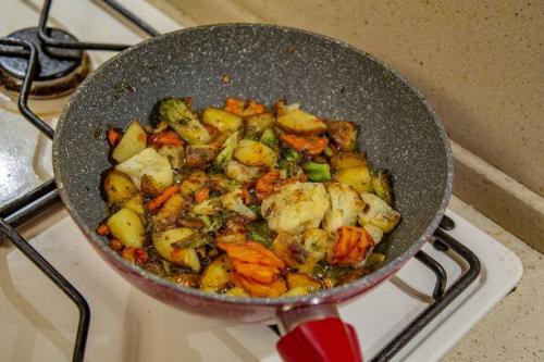 Restepfanne mit Kartoffeln und Gemüse