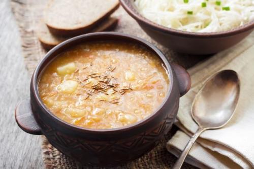 Sauerkrautsuppe mit Kartoffeln und Gerste