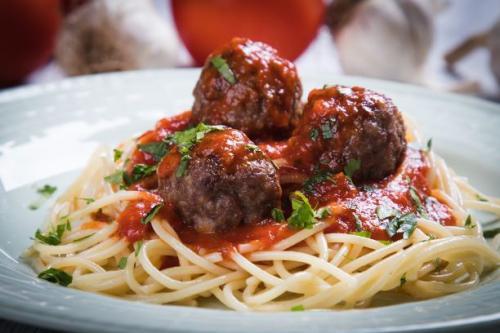 Spaghetti mit Hackfleischbällchen in Tomatensauce