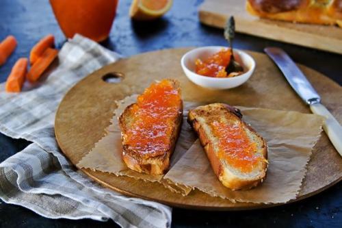 Toastbrot mit Möhren Orangen Marmelade