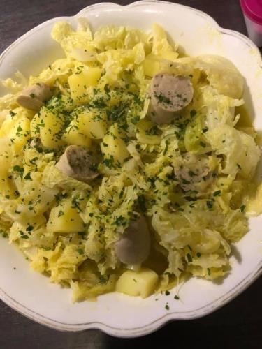 Wirsingkohl mit Kartoffeln und Bratwurst