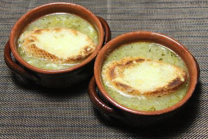 Frühlings Zwiebelsuppe mit Käse Überbacken