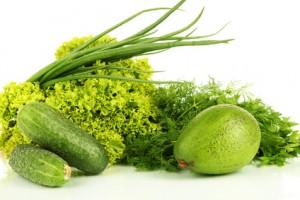 grüner Salat mit Gurke und Avocado